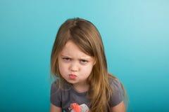 有厚脸皮的表示的小女孩 免版税库存照片