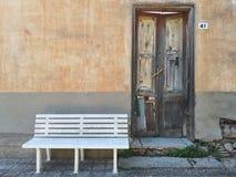 有原始白色长凳的被放弃的房子 免版税库存图片