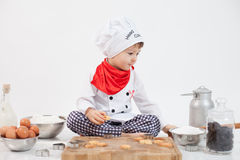 有厨师帽子的小男孩 免版税库存照片