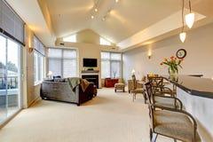 有厨房棒的大现代豪华公寓客厅。 免版税库存图片