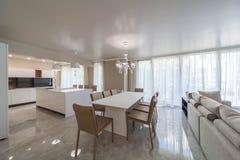 有厨房的新的现代客厅 家庭新 内部摄影 免版税库存照片