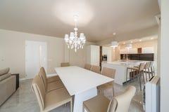 有厨房的新的现代客厅 家庭新 内部摄影 库存照片