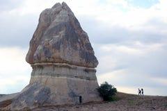 有去一个大岩石的人的女孩 库存照片