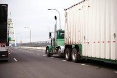 有去在桥梁besid的大块拖车的大半船具绿色卡车 库存图片