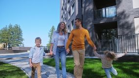 有去的孩子的愉快的白种人家庭回家 股票录像
