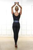 有参与瑜伽、锻炼或者健身完善的运动微小的图的美丽的性感的金发碧眼的女人,带领一种健康生活方式,并且吃r 免版税库存图片