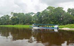 有参观国家公园的人的小船在哥斯达黎加 免版税库存图片