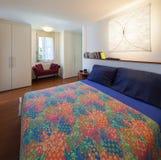 有双人床的卧室 免版税库存照片