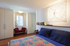 有双人床的卧室 库存照片