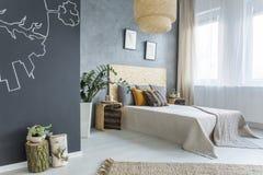 有双人床的明亮的卧室 免版税库存照片