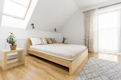 有双人床的明亮的卧室 免版税库存图片