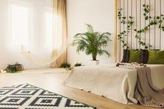 有双人床的沙子卧室 库存图片