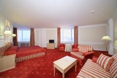 有双人床的简单的室与红色亚麻布,隆重 图库摄影