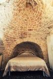 有双人床的老卧室在Trullo在意大利,典型的屋顶建筑 免版税库存图片