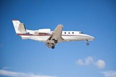 有双发动机的平面飞行空中的侧视图 库存照片