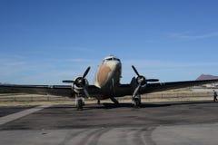 有双引擎的经典DC飞机 图库摄影