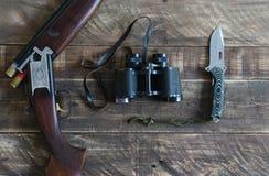 有双筒望远镜和刀子的猎枪 顶视图 图库摄影