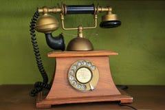 有双筒望远镜概念性静物画的葡萄酒老电话 免版税库存照片