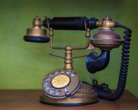 有双筒望远镜概念性静物画的葡萄酒老电话 免版税库存图片