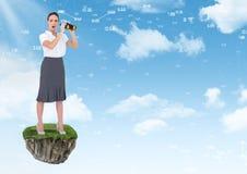 有双筒望远镜的女实业家在天空的浮动岩石平台 免版税库存照片