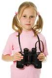 有双筒望远镜的小女孩 免版税库存照片