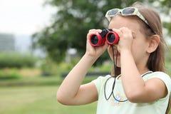 有双筒望远镜的小女孩 免版税图库摄影