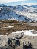 有双筒望远镜的战士在山的上面 图库摄影