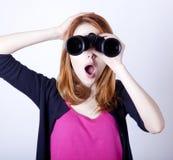 有双筒望远镜的青少年的红头发人女孩 库存图片