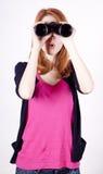 有双筒望远镜的青少年的红头发人女孩 免版税库存照片