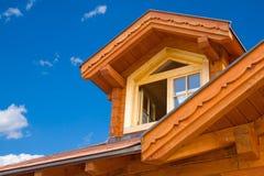 有双重斜坡屋顶的房屋的视窗 图库摄影