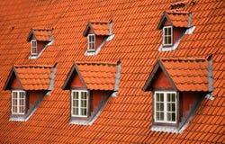 有双重斜坡屋顶的房屋红色瓦 免版税库存图片