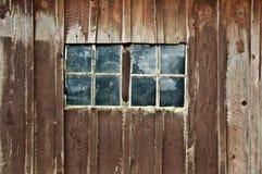 有双重Windows的老木谷仓 免版税库存照片
