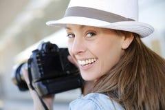 有反光照相机的微笑的摄影师 免版税图库摄影