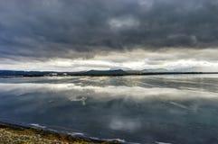有反射和冰川和c的Winter风景结冰的湖 库存图片