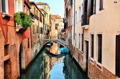 有反射和桥梁的,威尼斯,意大利美丽的运河 免版税图库摄影