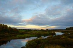有反射和蓝色多云天空的河 免版税库存照片