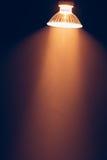 有反射器的,在阴霾的温暖的光卤素灯 库存照片