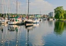 有反射在水中的小船的小游艇船坞 免版税图库摄影