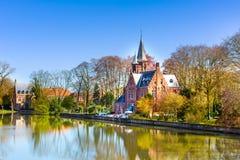 有反射在Minnewater湖,布鲁日,比利时的佛兰芒样式大厦的全景 免版税库存照片