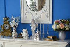 有反射树的镜子的白色梳妆台 库存图片
