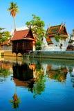 有反射的泰国寺庙亭子 免版税图库摄影