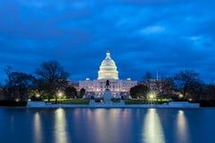 有反射的美国国会大厦在晚上,华盛顿特区 库存图片