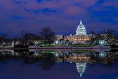 有反射的美国国会大厦在晚上,华盛顿特区 免版税图库摄影