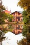 有反射的老房子在池塘 免版税图库摄影