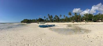 有反射的蓝色筏小船 免版税库存图片