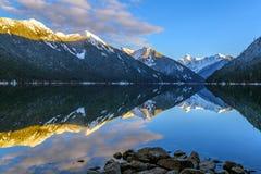 有反射的里道特火山Skagit范围的Chilliwack湖 免版税图库摄影