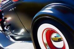 有反射的黑旧车改装的高速马力汽车 免版税库存图片