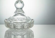 有反射的水晶碗在被阐明的白色背景 免版税库存照片
