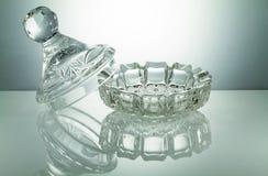 有反射的水晶碗在被阐明的白色背景 免版税库存图片