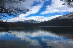 有反射的Patagonia湖在水 库存图片